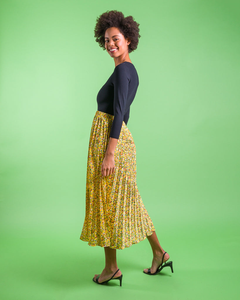 easy sewing project, upcycled fabric, unique sewing project, sewing blog, plus size sewing pattern, sewing project for beginners, knife pleat skirt, accordion pleat skirt, sunburst pleat skirt, threadymade, monroe skirt, sunshine print, dainty floral print