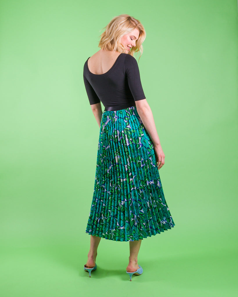 easy sewing project, upcycled fabric, unique sewing project, sewing blog, plus size sewing pattern, sewing project for beginners,  knife pleat skirt, accordion pleat skirt, sunburst pleat skirt, threadymade, monroe skirt, matissei print, abstract floral print