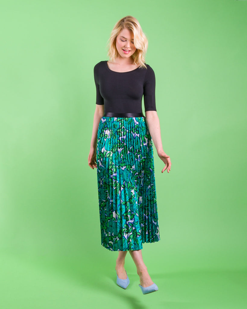 Threadymade-Matisse-Sunburst-Skirt-Longeasy sewing project, upcycled fabric, unique sewing project, sewing blog, plus size sewing pattern, sewing project for beginners,  knife pleat skirt, accordion pleat skirt, sunburst pleat skirt, threadymade, monroe skirt, matissei print, abstract floral print