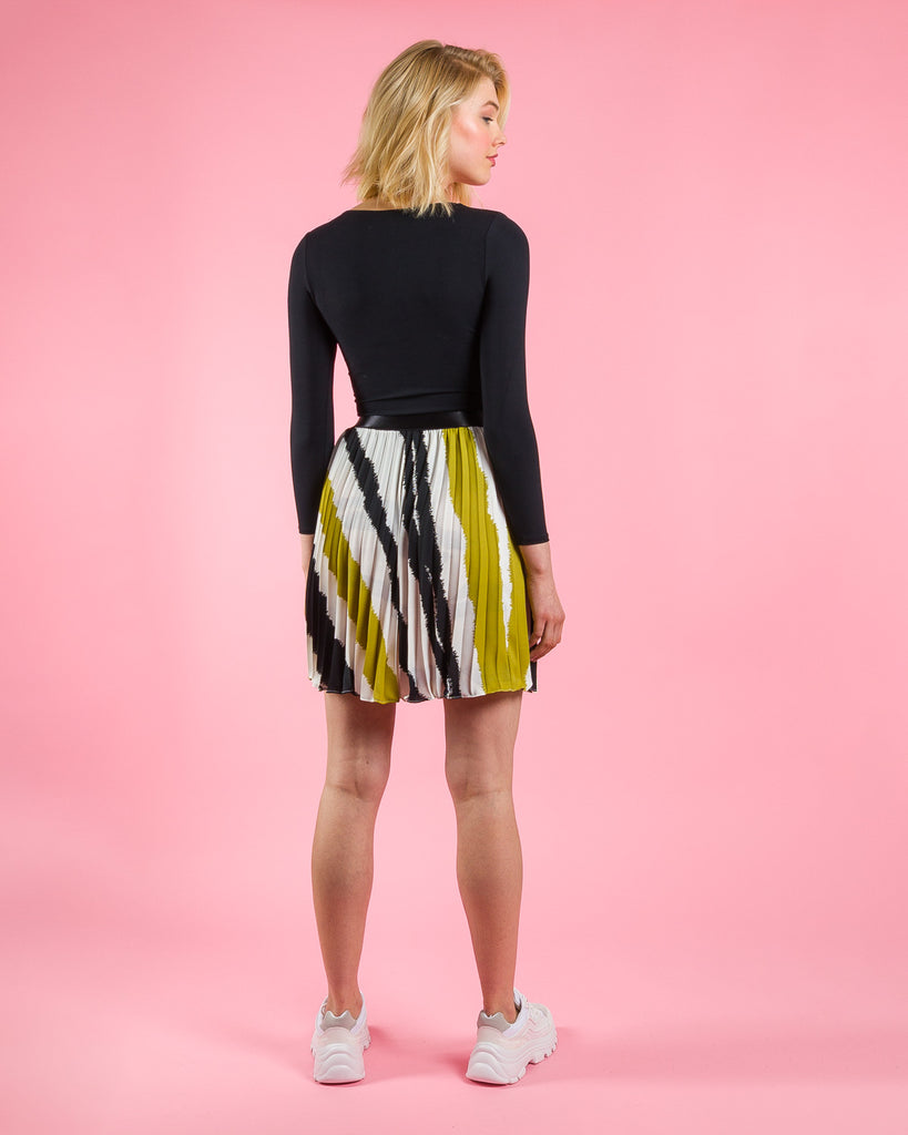 sewing project, upcycled fabric, easy sewing project for kids, unique sewing project, sewing blog, plus size sewing pattern, sewing project for beginners,  knife pleat skirt, accordion pleat skirt, sunburst pleat skirt, threadymade, paris skirt, painted stripe- oversized abstract stripe  print