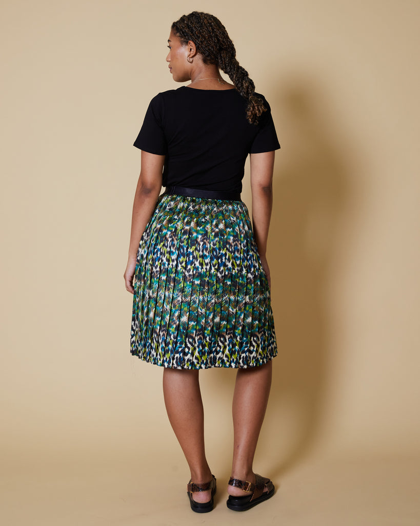 Easy sewing project, upcycled fabric, unique sewing project, sewing blog, plus size sewing pattern, sewing project for beginners,  knife pleat skirt, side  pleat skirt, easy sewing project for kids, threadymade, etched leopard, side pleat skirt, short