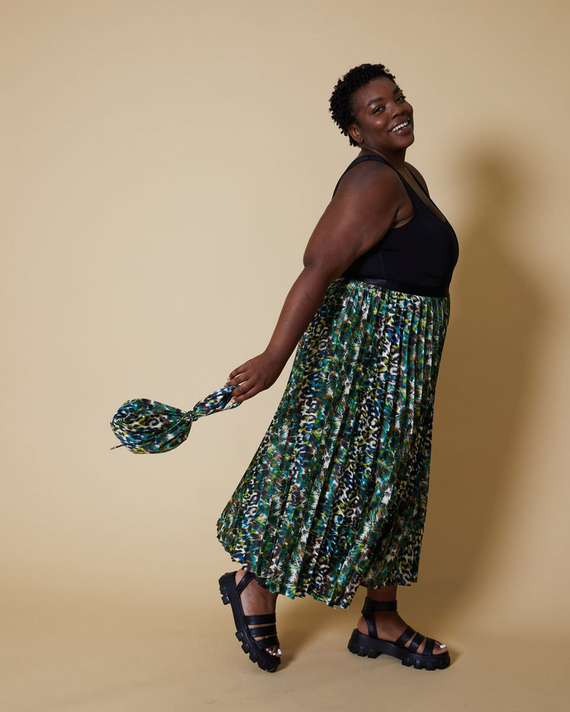 easy sewing project, upcycled fabric, unique sewing project, sewing blog, plus size sewing pattern, sewing project for beginners,  knife pleat skirt, accordion pleat skirt, sunburst pleat skirt, threadymade, monroe skirt, etched leopard print, animal print. tote bag