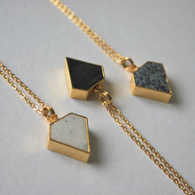 Load image into Gallery viewer, Halsband Diamant granit/guld med kedja.