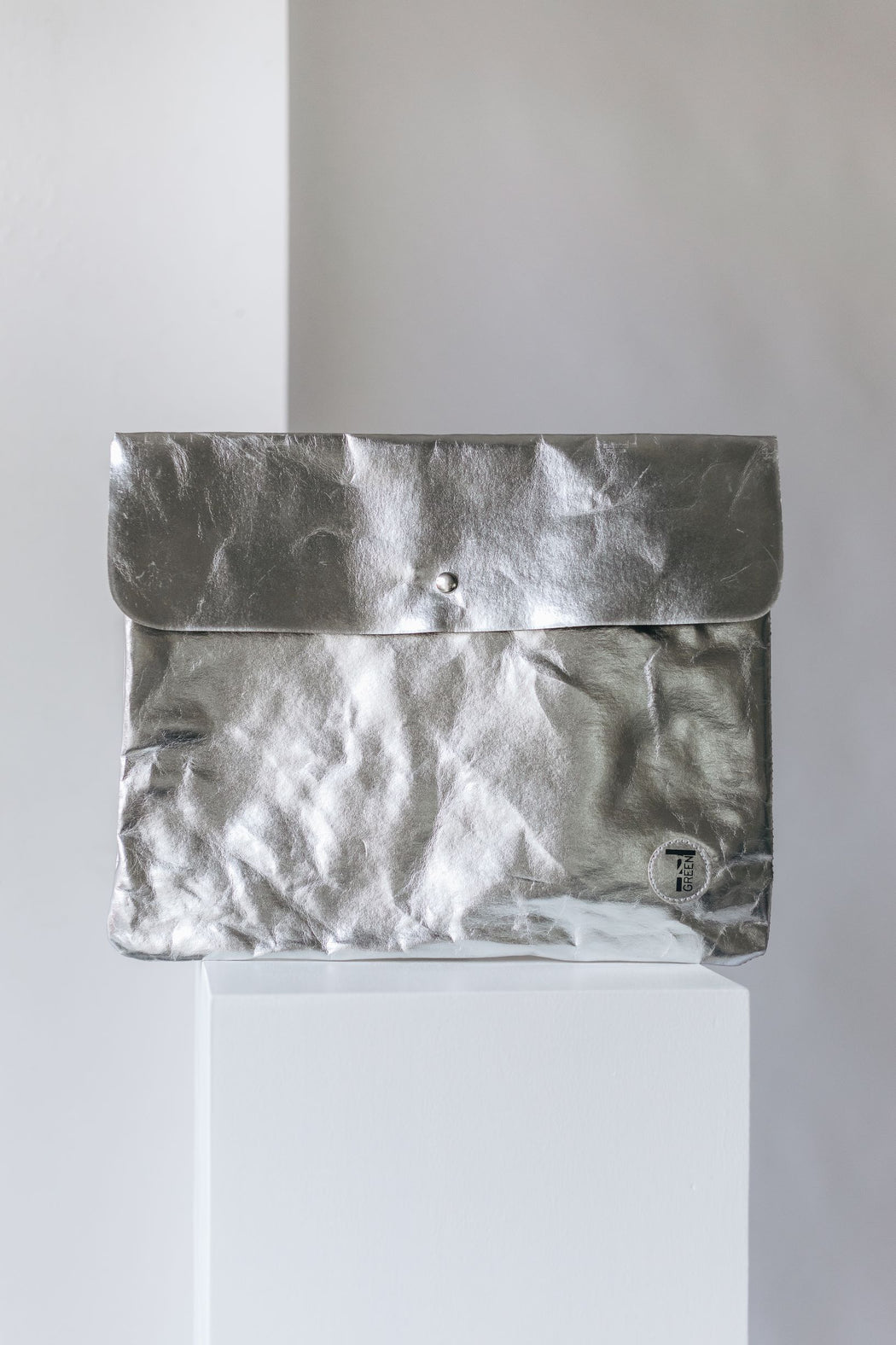 Clutch in silber aus washable paper