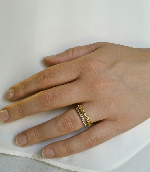 Effervescence Narrow Band in 18k yellow gold with palladium eternity band model hand