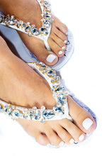 "Load image into Gallery viewer, BRIDE Customized HAVAIANAS, exclusive floral pattern with ""Bride"", crystal rhinestones - TOP"