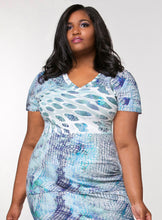 CURVY SHORT SLEEVE V-NECK PLUS SIZE T-SHIRT IN BLUE ABSTRACT PRINT