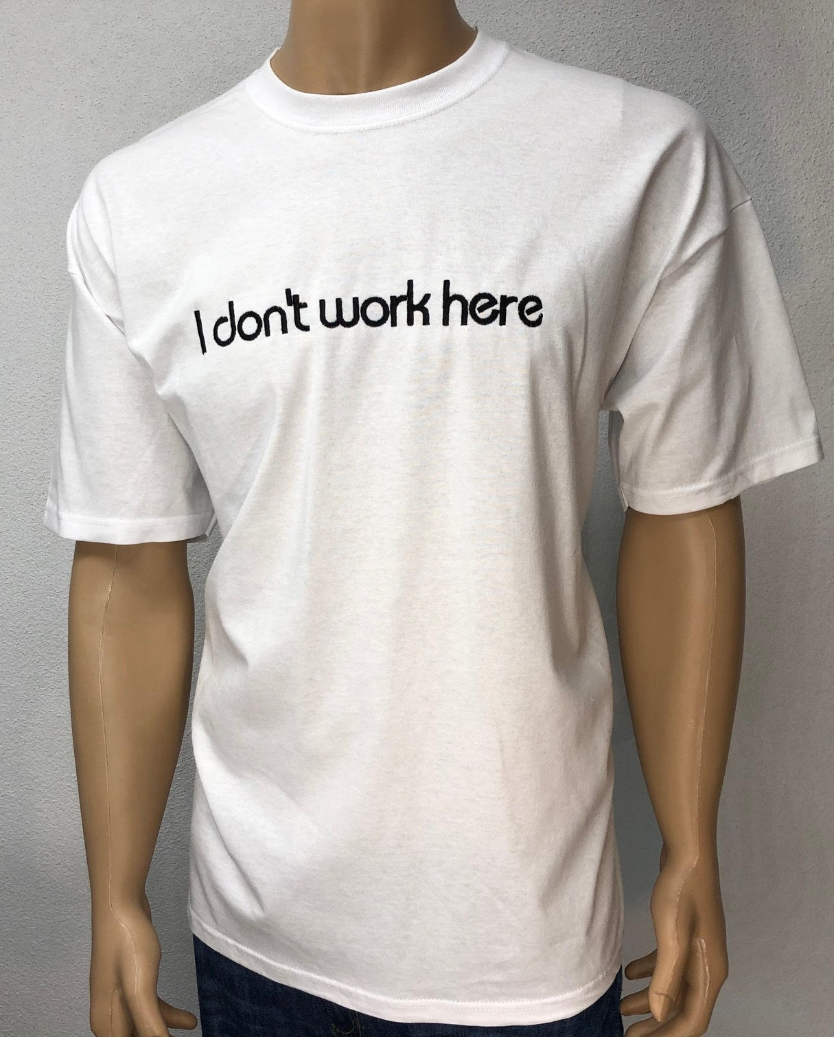 I don't work here 👕 Embroidered text T-shirt