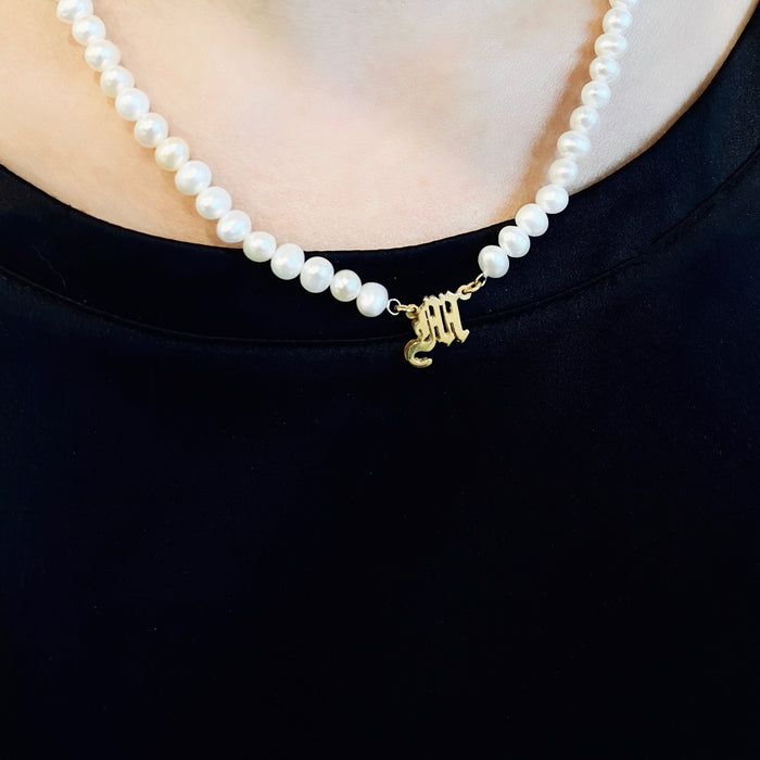 THE OLD ENGLISH SINGLE INITIAL PEARL NECKLACE