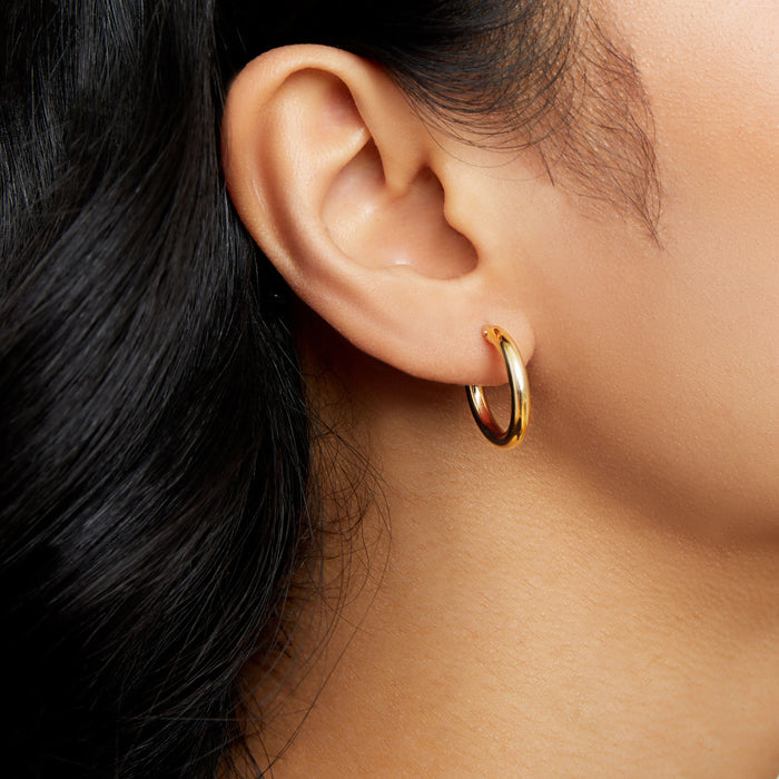 THE ESSENTIAL 10KT GOLD HUGGIE HOOP EARRINGS (SMALL)