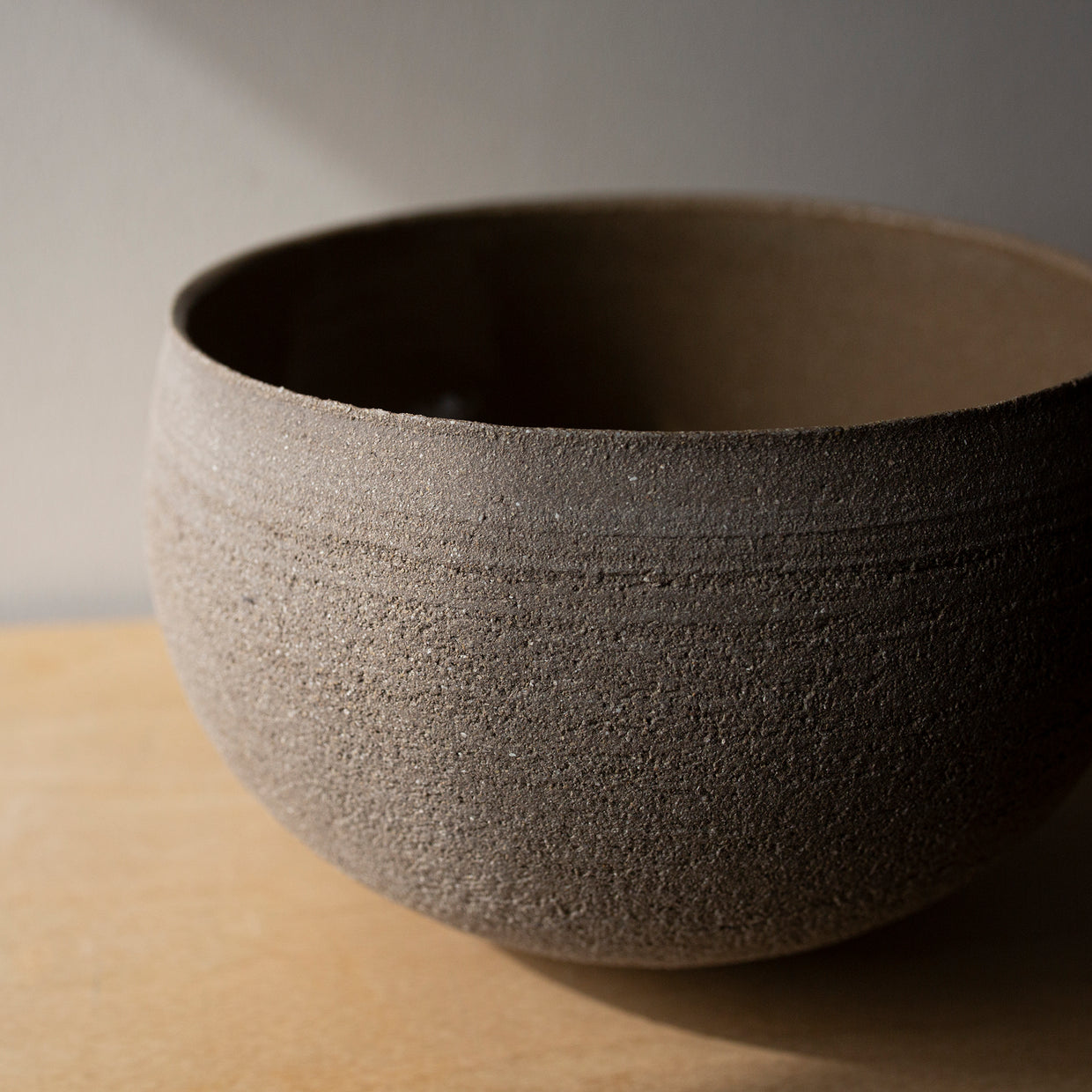 Rounded bowl in stoneware clay