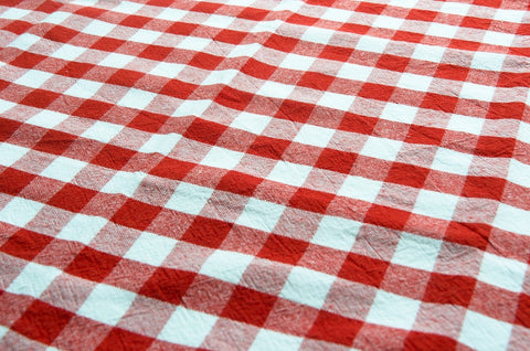 ic: Gingham table cloth