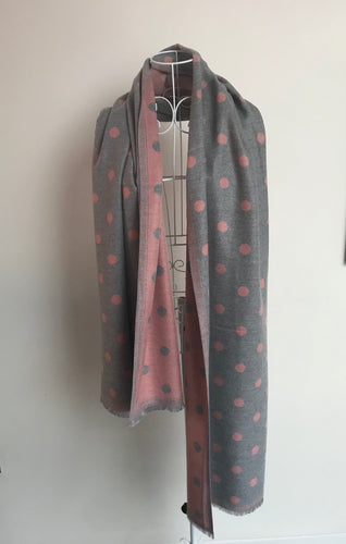 A Beautiful Reversible Cashmere Mix Spotty Scarf in Grey/Pink