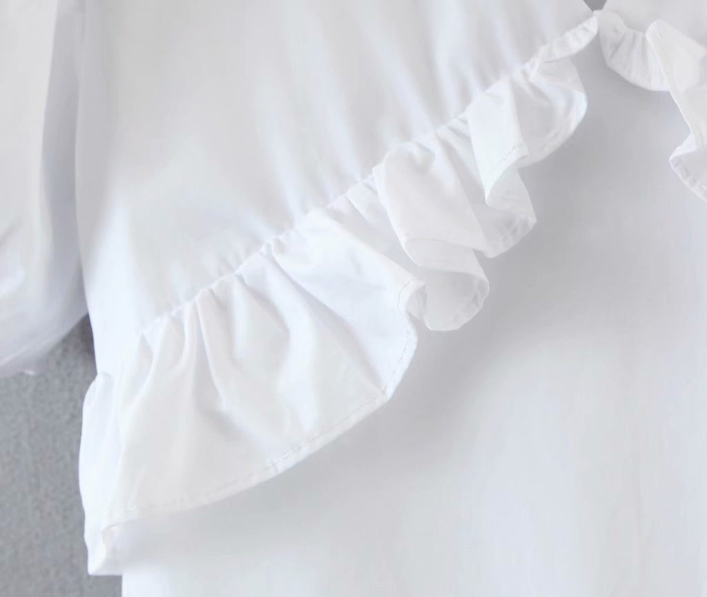 Small design sense white dress with ruffle V-neck skirt
