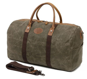 This fantastic large capacity green waxed canvas duffel bag is perfect for weekend trips.  The interior has loads of space, a zip pocket and two pouches to keep your belongings organised.