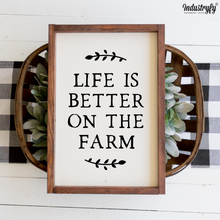 "Laden Sie das Bild in den Galerie-Viewer, Farmhouse Design Schild ""Life is better on the Farm"""