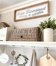 "Laden Sie das Bild in den Galerie-Viewer, Personalisiertes Farmhouse Design Schild ""Little Farmstead"""