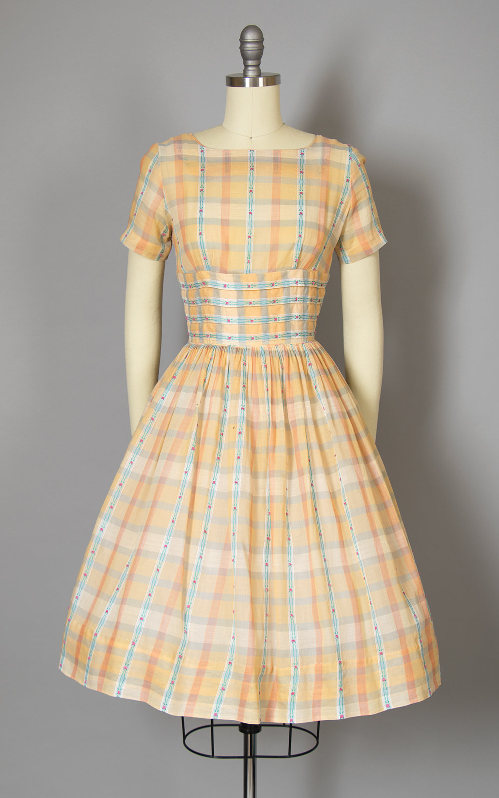 Vintage 1950s Dress | 50s Peach Peach Plaid Floral Woven Cotton Voile Full Skirt Day Dress (x-small)