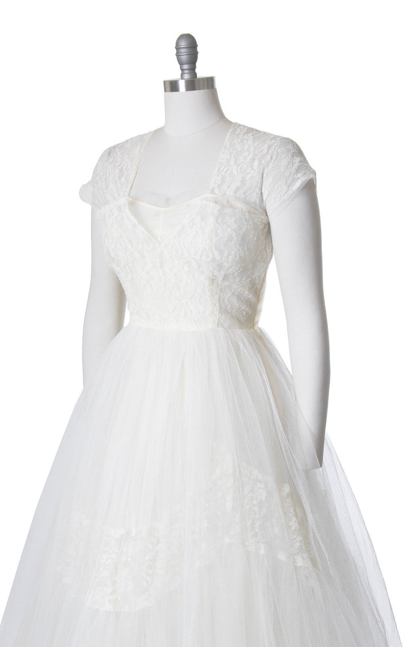 Vintage 1950s Wedding Dress | 50s Cream Lace & Tulle Bridal Gown Sweetheart Neckline Cap Sleeve Full Length Dress (medium)