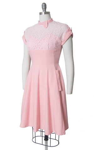 Vintage 1950s Dress | 50s Light Pink Lace Linen Sweetheart Neckline Full Skirt Dress with Pockets (medium)