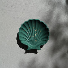 Load image into Gallery viewer, Scallop Shell Dish in Emerald Gold Accent