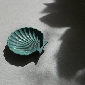 Scallop Shell Dish in Emerald Gold Accent