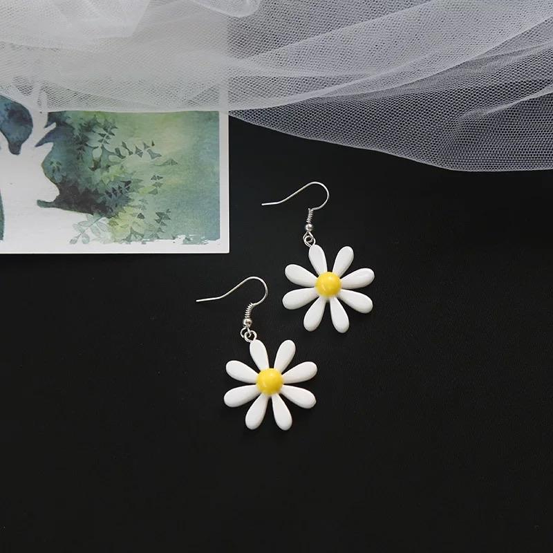 Daisy Flower Earrings 🌼🤍 - Sour Puff Shop
