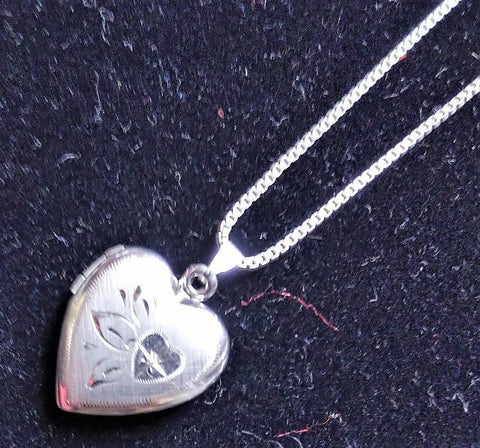 VINTAGE STERLING SILVER HEART LOCKET NECKLACE WEIGHT 7.8 GRAMS