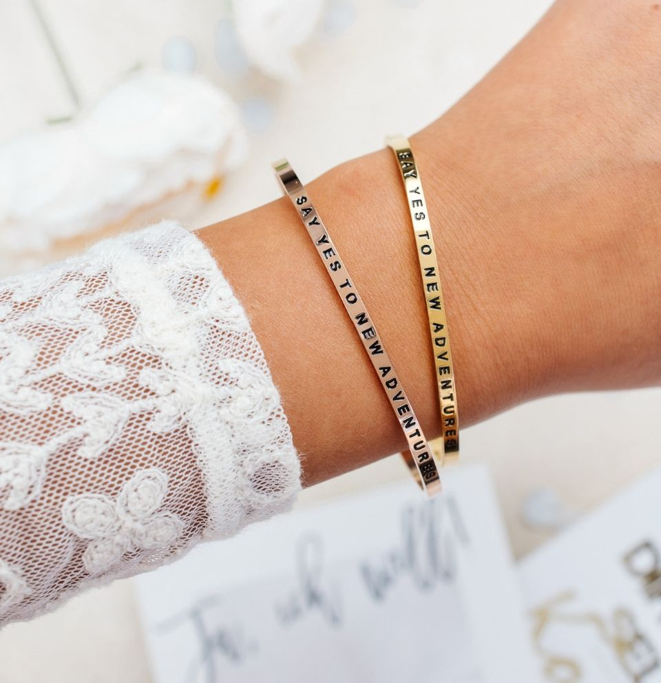 Say yes to new adventures Mantra-Armbänder mit Gravur Gold, Roségold