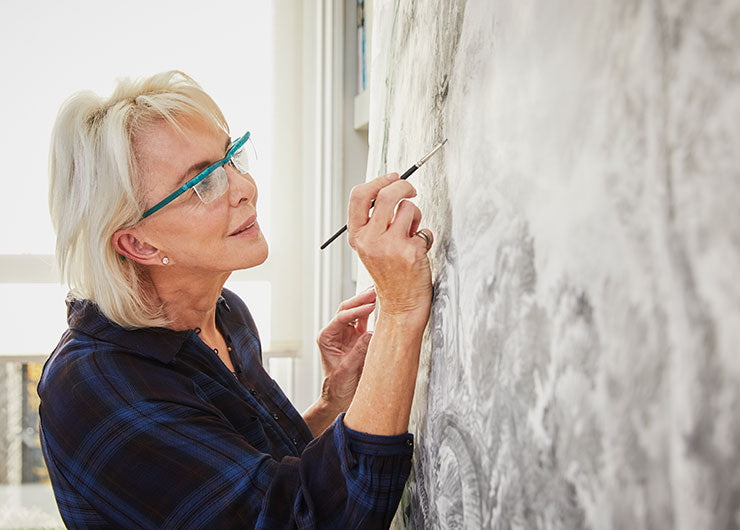 woman painting with uzoom glasses