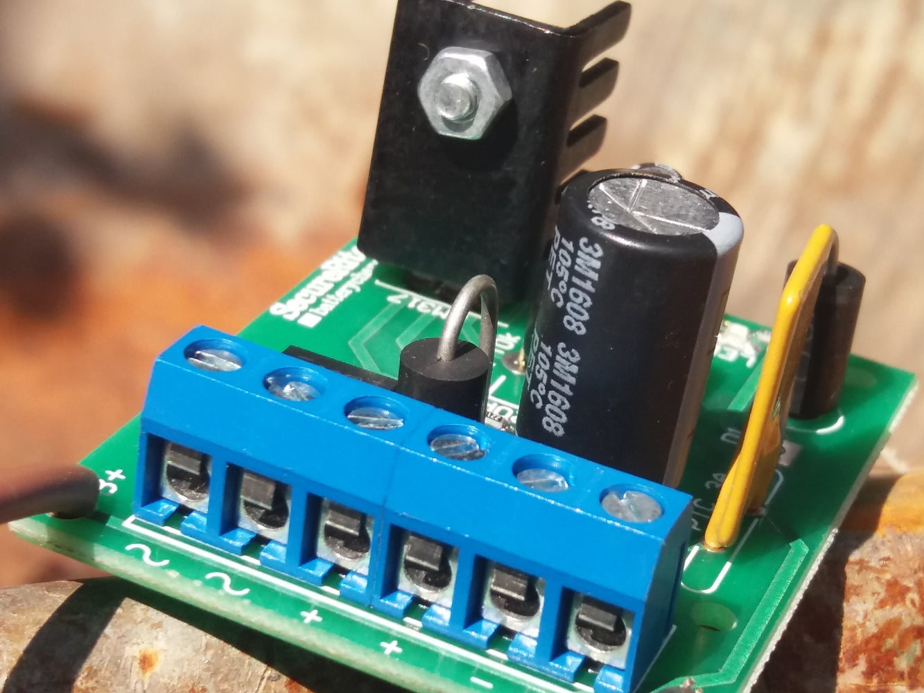 SecureRite 13.8V 1Amp Charger