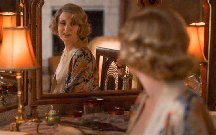 Edith Crawley en lingerie vintage dans la série Downton Abbey