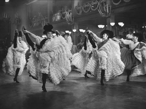 Femmes au cabaret dansants le french-cancan à Paris.