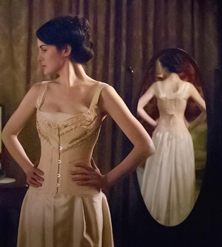 Mary Crowley en corset vintage de la série Dowton Abbey.