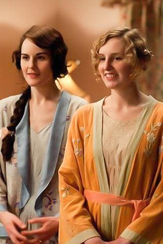 Mary Crawley et Edith Crawley de la série Dowton Abbey en robe de nuit.
