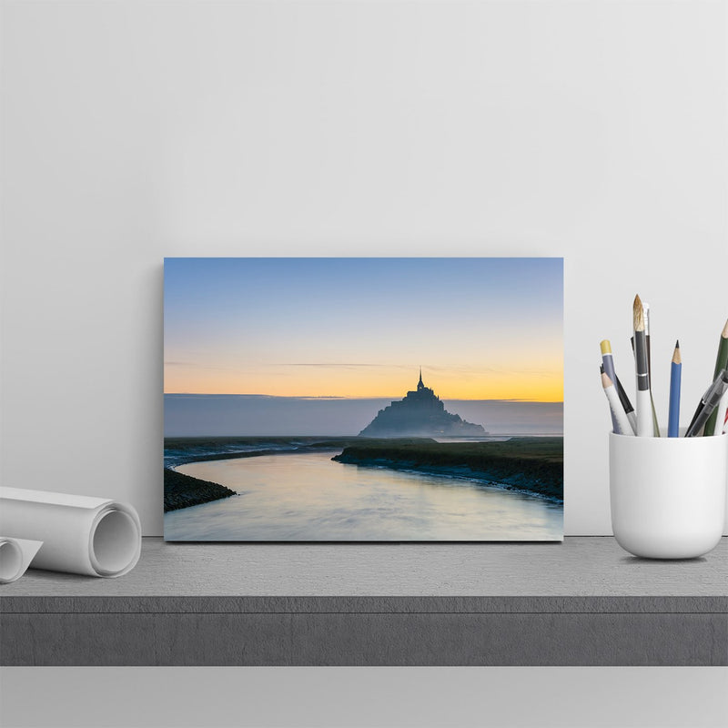 インテリア・フォトパネル「Le Mont-Saint-Michel at dawn, UNESCO World Heritage Site, Manche Department, Normandy, France, Europe」を飾ったイメージ画像(amana online storeの額装商品画像)