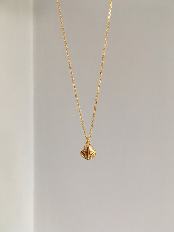 SMALL GOLD SEASHELL CHARM NECKLACE
