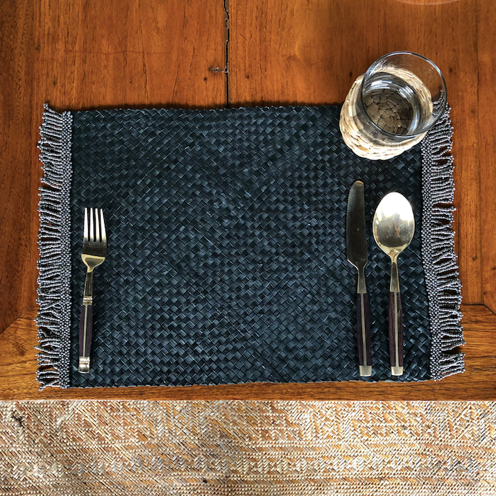 Set of 6 black placemats with silver beads