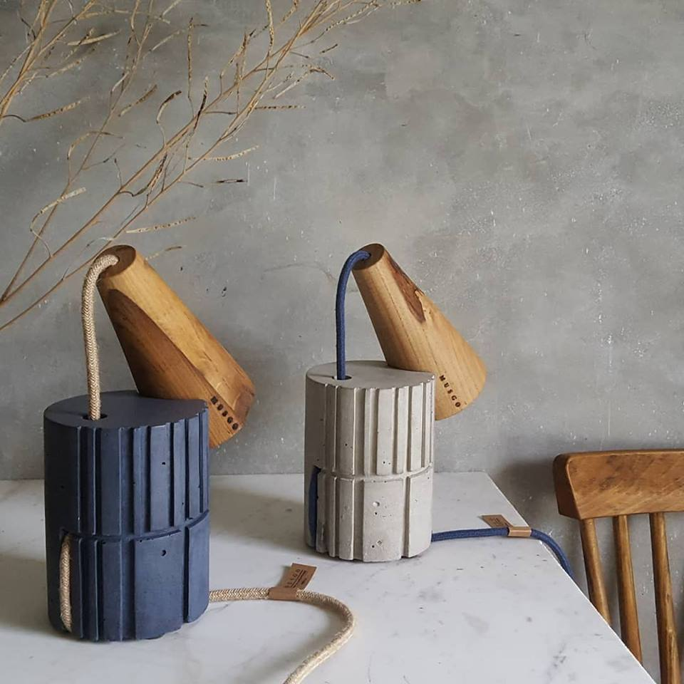 Rubble Inerior Design Marketplace, Cone de mesa Blue or Raw Cement and Wood Table Lamp by Musgo Design