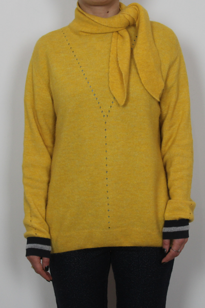 sita murt/ yellow sweater