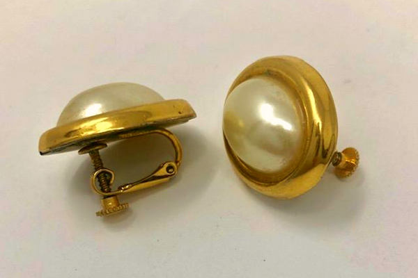 Lovely Vintage Gold Tone Faux Pearl Screw on Earrings Signed Napie