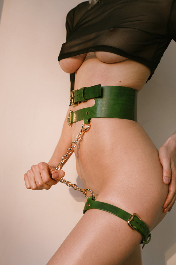 Anoeses green leather belt on a model