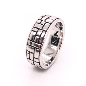sterling silver rodium plated ring so it wont tarnish