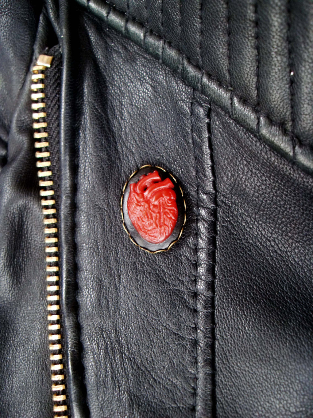 ANATOMICAL HEART CAMEO PIN - THEBLACKWARDROBE.COM