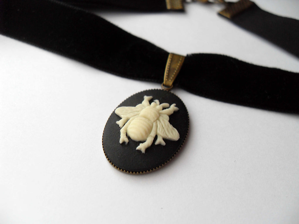 HONEY BEE CAMEO CHOKER