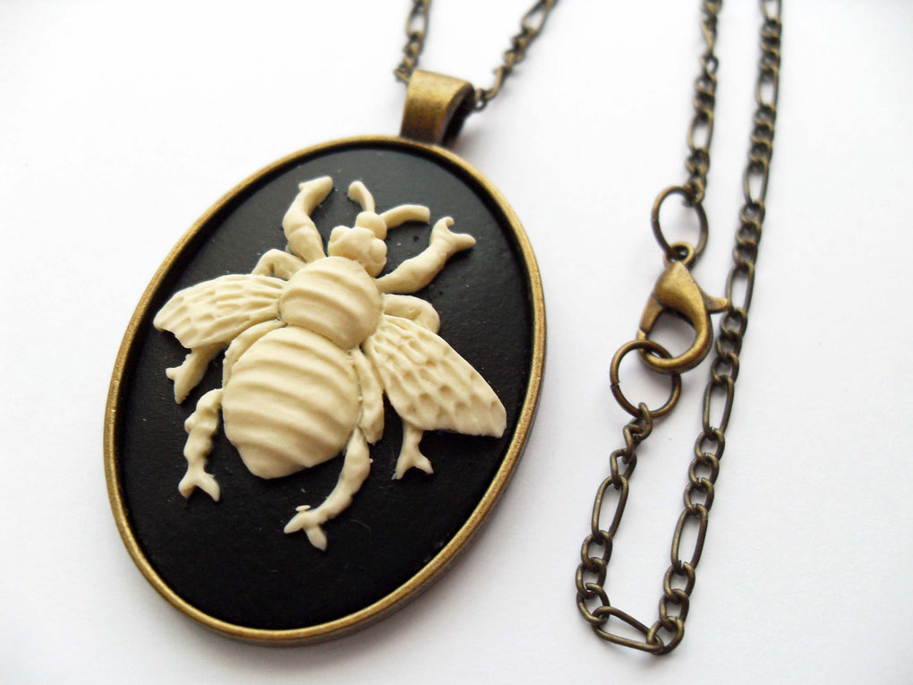 LARGE BEE CAMEO NECKLACE - THEBLACKWARDROBE.COM
