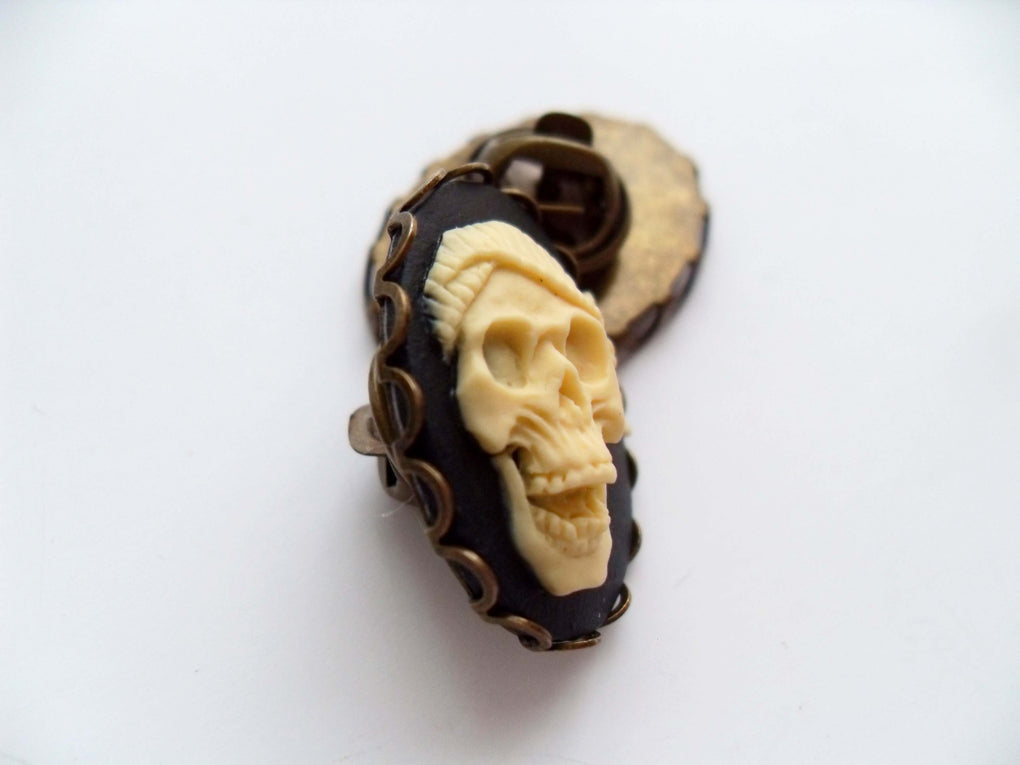 LAUGHING PIRATE SKULL CAMEO PIN