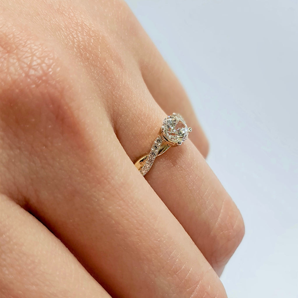 Anillo Oro 14k, con Zirconia Central de 5.5 mm, Laterales de 1 mm, Oro 14k