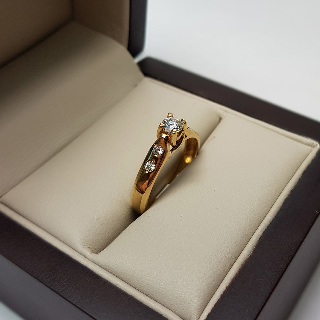 Anillo Solitario Oro 18k, Diamante Natural de 28 Puntos + 6 Puntos Laterales