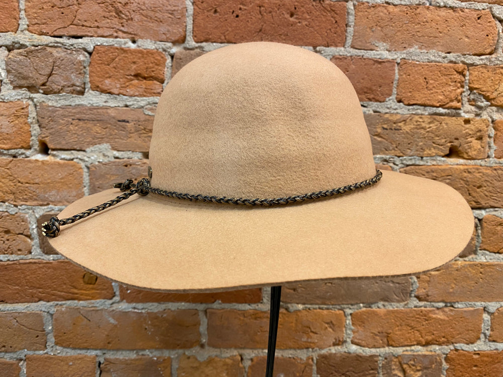 Adora hat 682, wool felt brim with faux-leather band